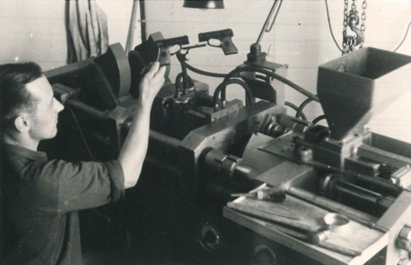 First_plastic_injection_moulding_machine_1949